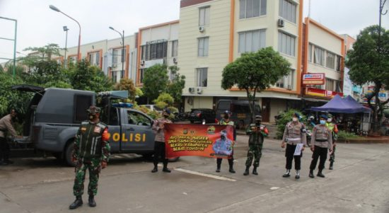 Lagi, Yon D Pelopor Brimob Polda Metro Jaya Bagikan Masker di Area Pasar Kabupaten Bekasi