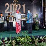 Kepsek SMAN 1 Diganjar Penghargaan 7 Media Award 2021